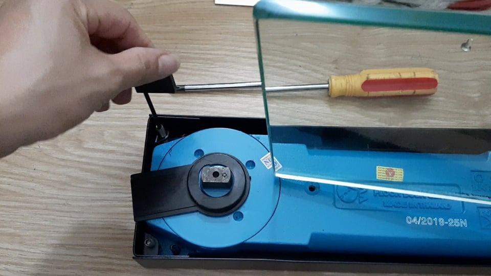 cách chỉnh cửa kính thủy lực bị lệch