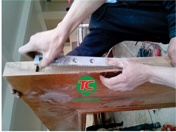 cách lắp đặt phụ kiện thủy lực cửa gỗ