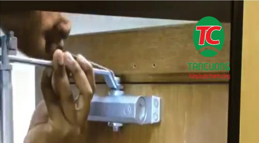cách lắp tay co thủy lực