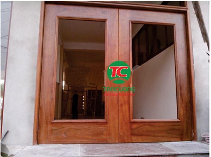 cửa kính thủy lực khung gỗ
