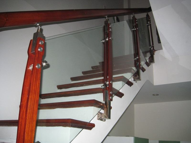 trụ cầu thang ốp má